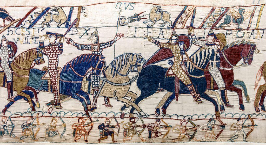 Tapisserie de Bayeux - Scènes 55 & 56 - Le duc Guillaume soulève son casque et se fait reconnaitre sur le champ de bataille d'Hastings.