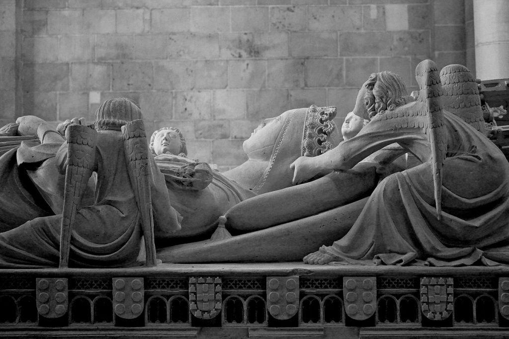 Inès reposant sa tête sur les mains des anges, photographie d'André Luis, licence Creative Commons.