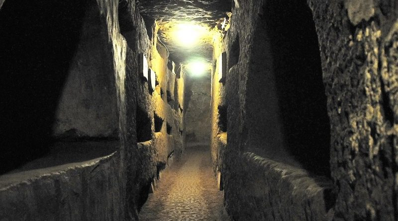 1200px-Italy-0714_-_Catacombs_of_St._Domitilla_(5183332068)