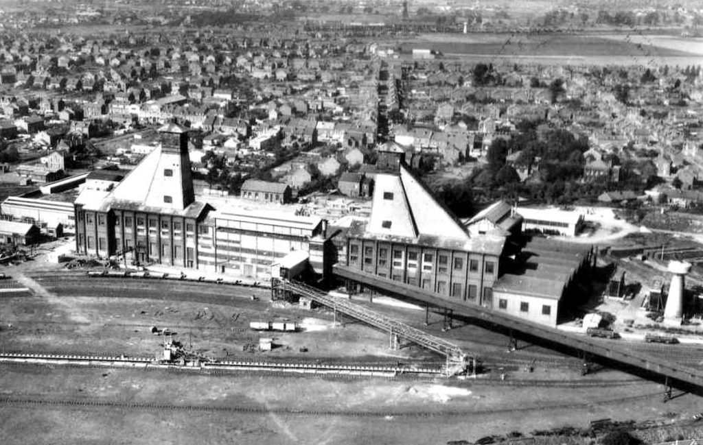 Vue aérienne des puits n°3 et 15 de la mine de Courrières à Méricourt.