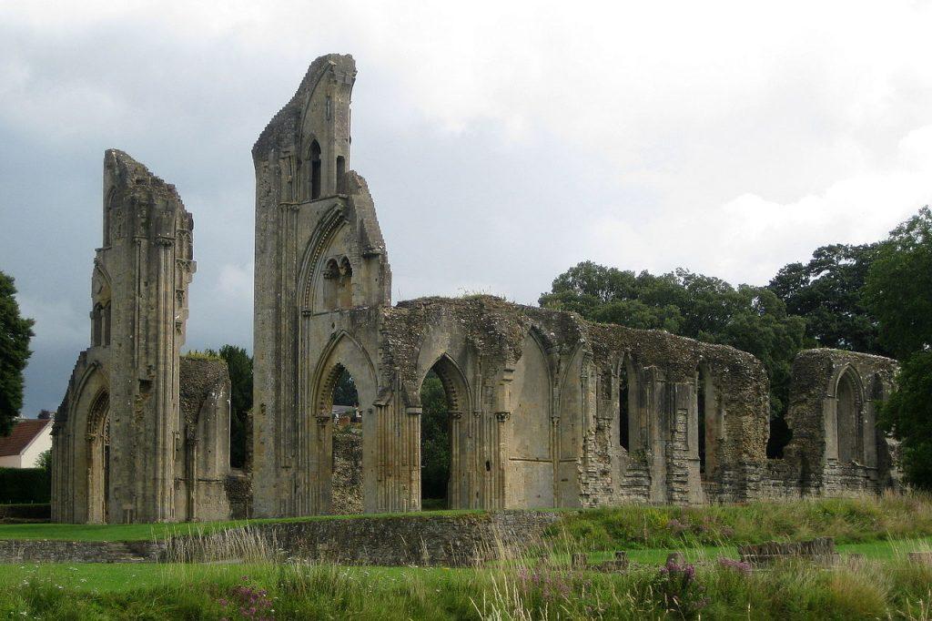 Les ruines de l'abbaye de Glastonbury vues du Sud-Ouest. Licence Creative Commons CC BY-SA 3.0. Crédits photographiques : NotFromUtrecht.