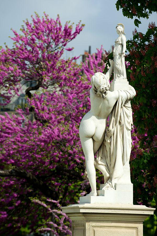 Aimé Millet (1819-1891), Cassandre se met sous la protection de Pallas, 1877, marbre, jardin des Tuileries. Crédits photo : Daniel Stockman, 2010. Licence : Creative Commons