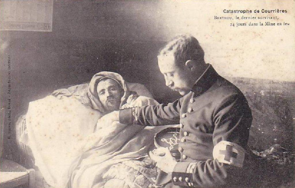 Auguste Berthou, le dernier survivant retrouvé au bout de 24 jours passés sous terre. Photographie d'époque.