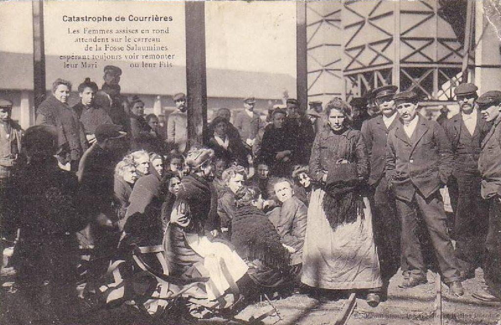 Les femmes assises en rond attendent sur le carreau de la fosse de Sallaumines.