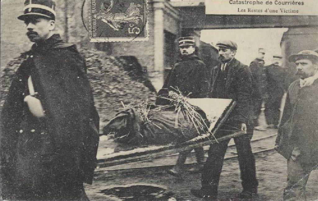 Les sauveteurs remontent les restes d'une victime, photographie d'époque.
