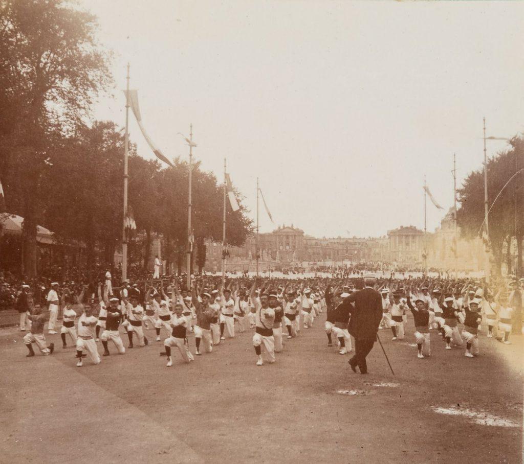 Fête de la gymnastique sur l'avenue de Paris à Versailles, archives du musée du château de Versailles.