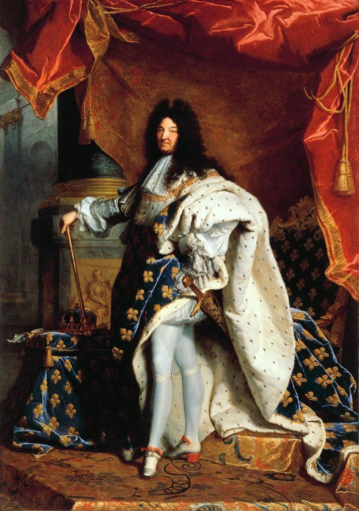 Louis XIV en grand costume royal par Hyacinthe Rigaud, 1701, musée du Louvre. On peut voir sur cette peinture les regalia du Royaume de France, avec notamment à gauche la couronne, le sceptre et la main de justice.