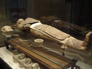 Momie d'homme, époque ptolémaïque, IIIe - IIe siècle avant J.-C. Musée du Louvre, Département des Antiquités égyptiennes. Crédits photos : Vania Teofilo CC BY-SA 3.0. Source: Wikicommons.