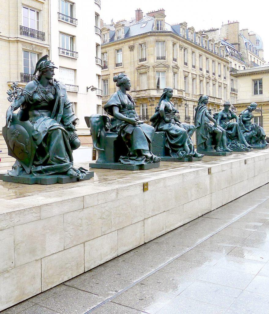 P1020793_Paris_VI_Esplanade_du_musée_d'Orsay_Statues_des_6_continents_rwk