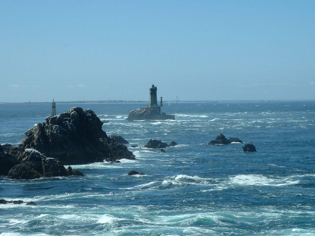 L'île de Sein vue depuis la pointe du Raz. Crédits photos : http://www.amoureuxdelabretagne.bzh.bz. Licence Creative Commons.