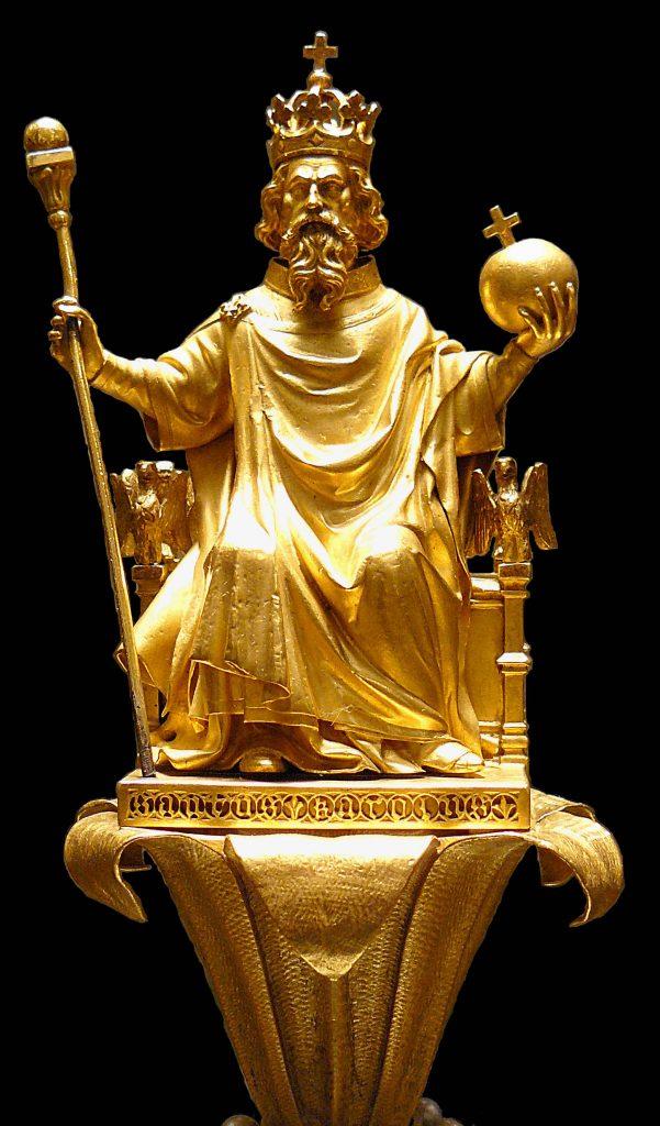 Martin-Guillaume Biennais (1764–1843), statuette située à l'extrémité du spectre de Charles X, représentant Charlemagne avec les regalia : la couronne, le spectre et l'orbe royal.