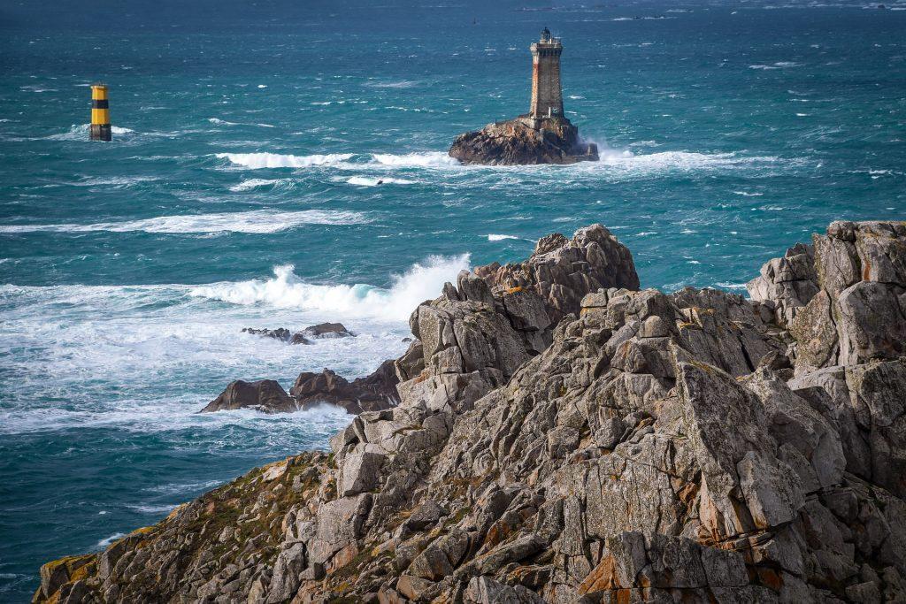 Le phare de la Vieille vu depuis la pointe du Raz.